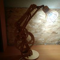 Настольная лампа Выполнена из дерева с подвижным механизмом, высота 50 см