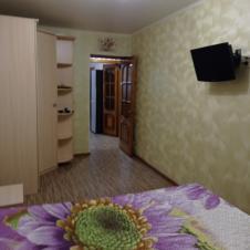 двухкомнатную квартиру на длительный срок Республики 43